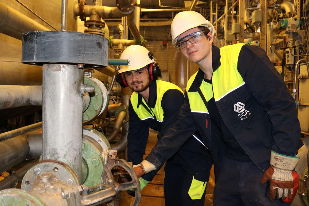 Heute Operator im Kraftwerk: Martin Dymek (r.), hier mit Daniel Radon, der in der Ausbildung zum Chemikanten ist.