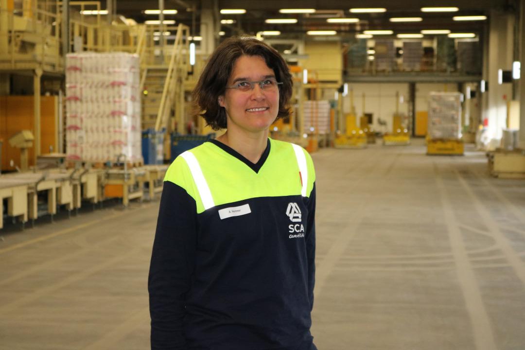 Trägt die Verantwortung für Personal und Technik an drei Verarbeitungslinien: Zu Axelle Hemmers Team gehören rund 75 Kolleginnen und Kollegen, die gemeinsam Küchenrollen produzieren; vom Einsetzen der Mutterrollen über Prägung und Druck bis hin zu Verpackung und Abtransport.