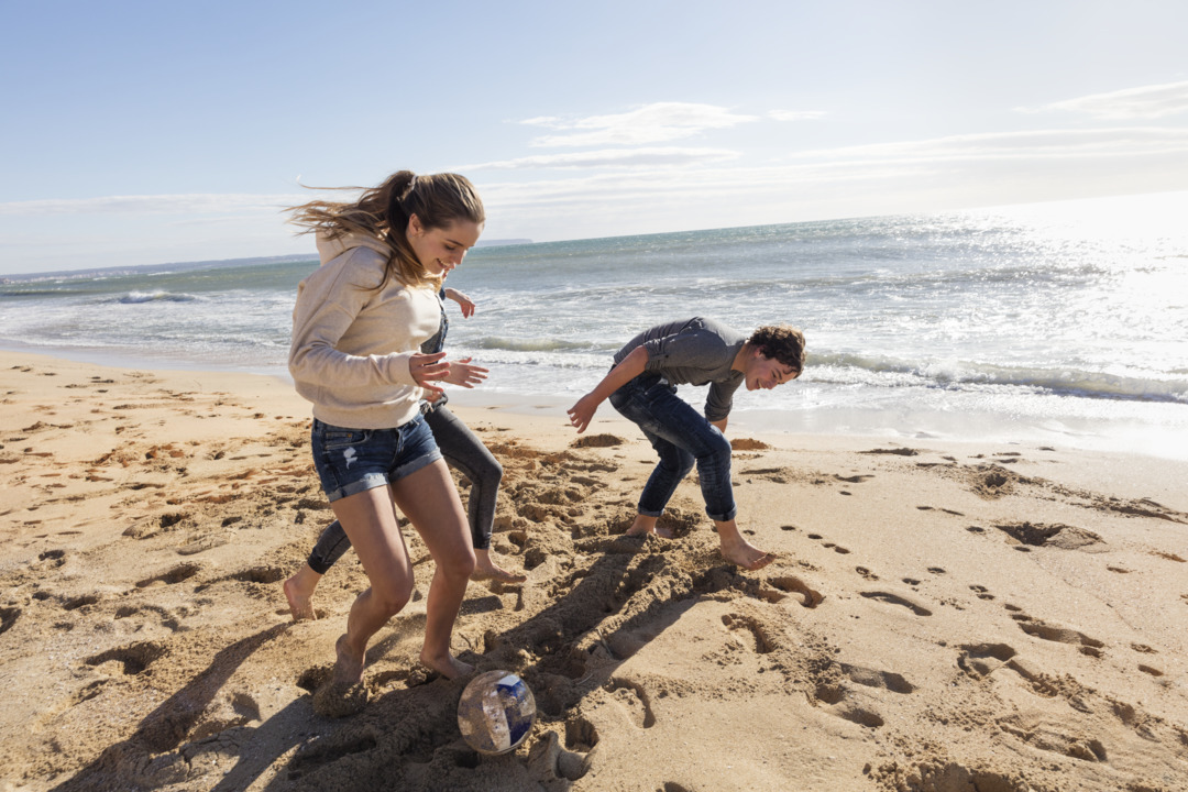 Teenagers_girls_boys_playing_on_beach_02.tif