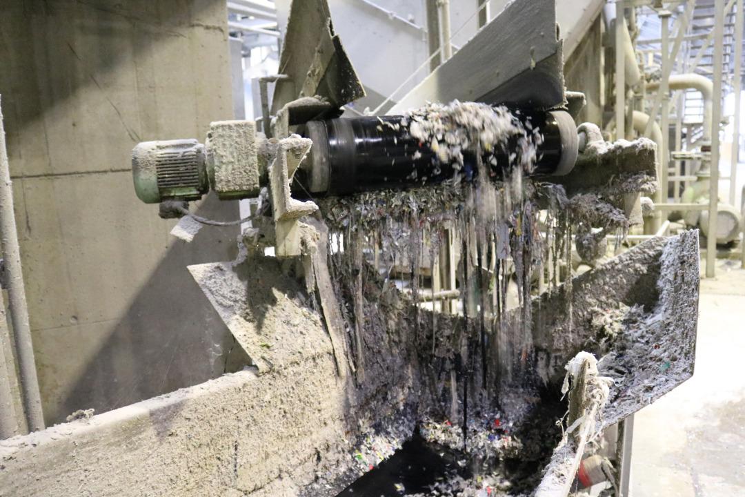 Um den reinen Faserstoff zurückzugewinnen, wird das Papier aufwändig in sechs Reinigungsstufen von allen unerwünschten Bestandteilen befreit. Hier zu sehen: Stufe 1.